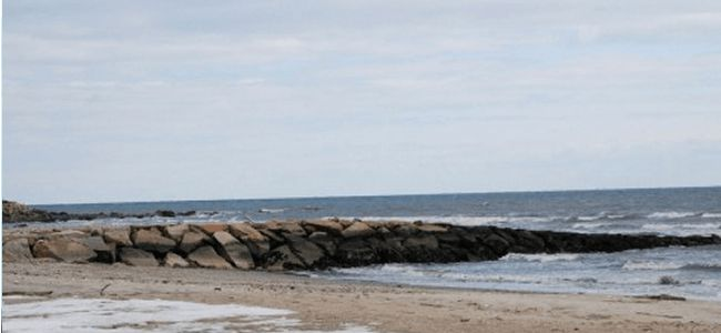 歩きスマホでオーストラリアの海にドボン!溺れながらも決して「アレ」は離さなかった女性の執念!