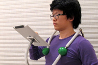 見た目はアレだけど便利かも?ハンズフリーでiPadを固定する肩掛けスタンド「iWorm」
