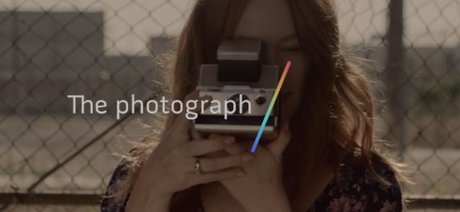 行ったり来たり、出たり入ったり。iPhoneの動きやスワイプに合わせて動く写真が撮れる「Polaroid Swing」