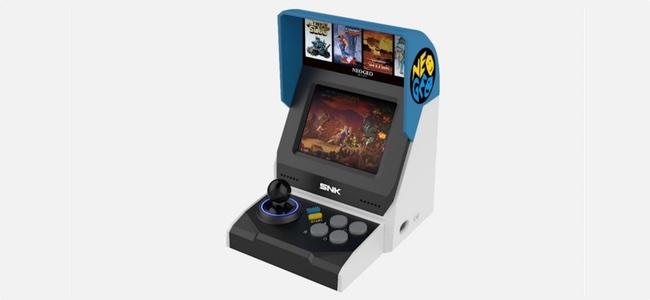 「NEOGEO ミニ」の筐体画像や収録ゲームリストがリーク。レバー+4つボタンの小型のアーケード筐体の様なデザインに40タイトルを収録