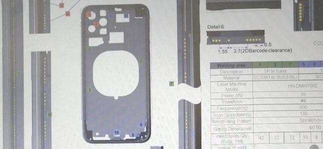 次期iPhoneのバックパネルの図面?カメラ穴が3つあるパネル画像が投稿される