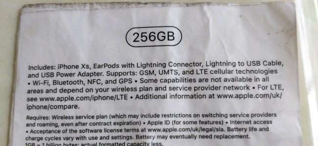 iPhone Xsのものとされる外箱底面のラベルシールの画像が登場。「Lightning – 3.5 mmヘッドフォンジャックアダプタ」は同梱されない?