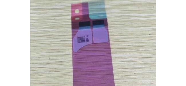 iPhone 8の内部でバッテリーを接着するためのシートとされる画像がリーク。ワイヤレス充電用のコイル部分を示す箇所を確認