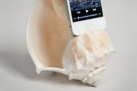 耳を澄ませば海の音が…?天然の巻き貝を使ったiPhoneスピーカー「Shellphone Loudspeaker」